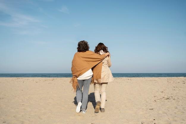 Mère et fille passent du temps ensemble à la plage