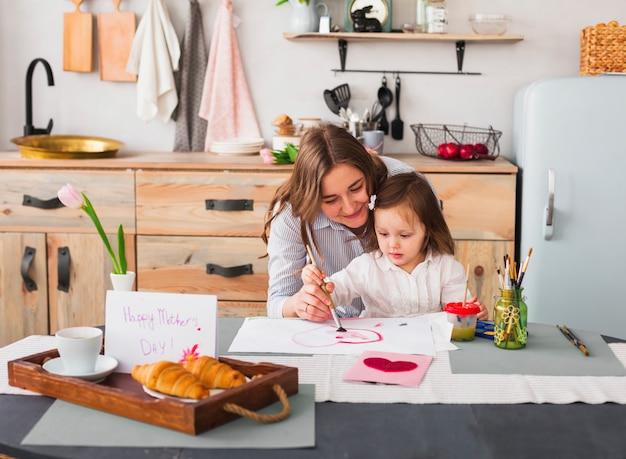 Mère, fille, peinture, coeur, table