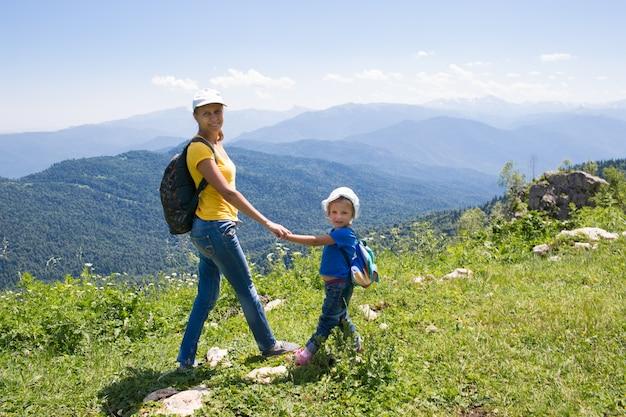 Mère avec la fille d'une petite fille voyage dans les montagnes