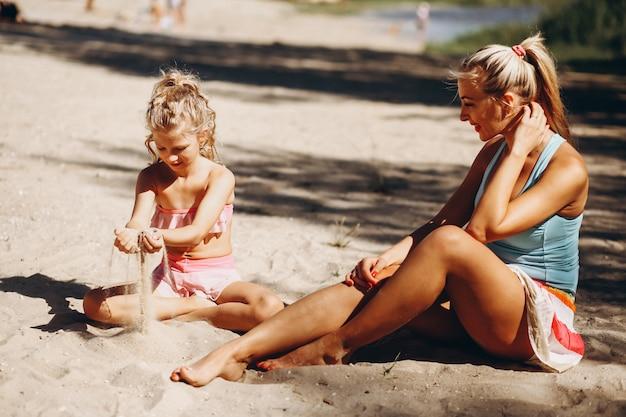 Mère et fille à la plage