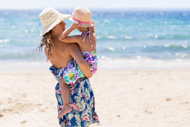 Mère et fille sur la plage