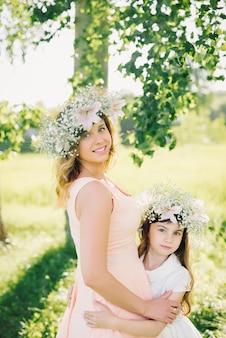 Mère et fille en plein air l'été