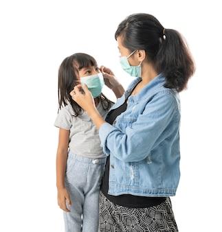 Mère et fille portant des masques faciaux