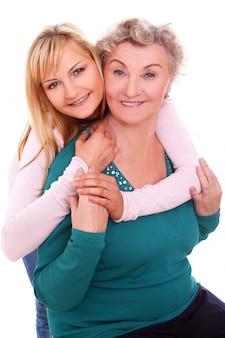 Mère et fille posant sur blanc