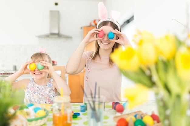 Mère et fille posant avec des oeufs de pâques