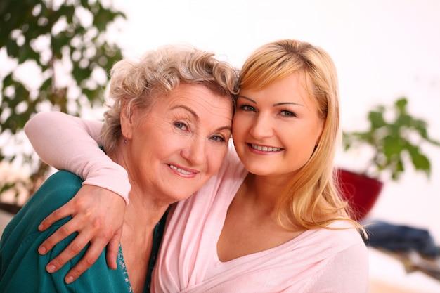 Mère et fille posant