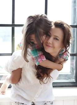 Mère avec fille posant