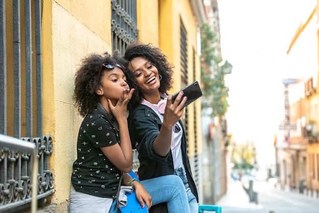 Mère et fille prenant un selfie ensemble