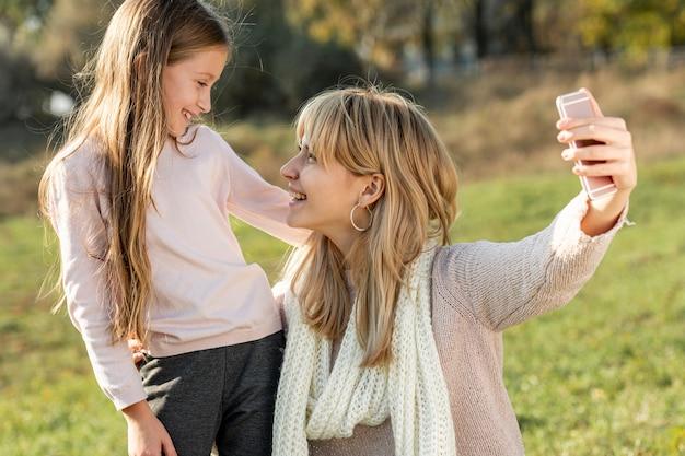 Mère et fille prenant selfies