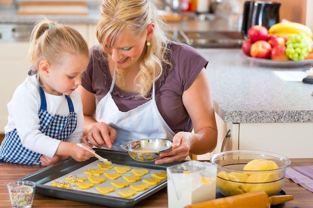 Mère et fille préparant des biscuits ensemble
