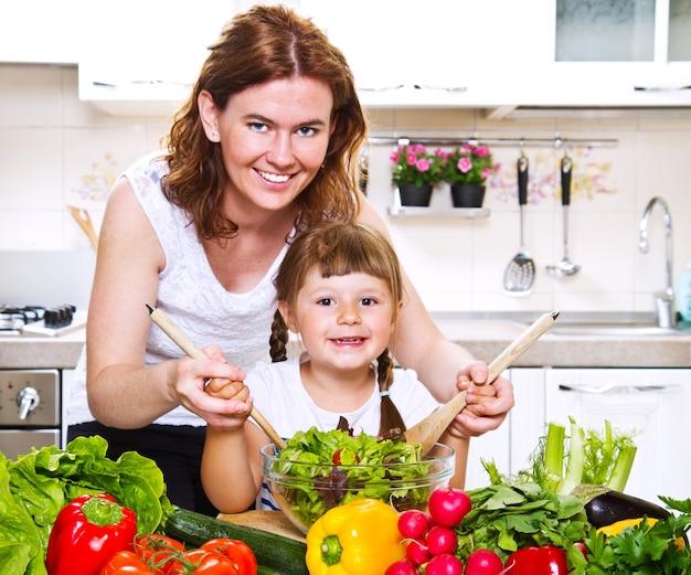 Mère et fille préparant le dîner dans la cuisine