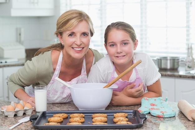 Mère et fille préparent des biscuits ensemble