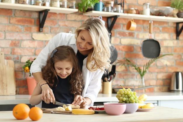 Mère fille, préparer petit déjeuner