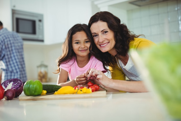 Mère fille, préparer salade, dans, cuisine