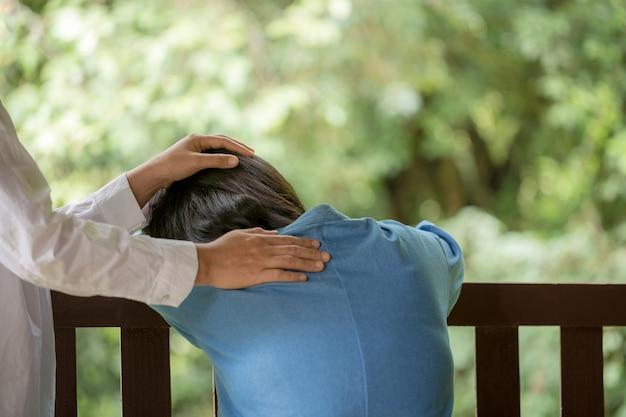 Mère et fille prient pour encourager et soutenir ensemble.