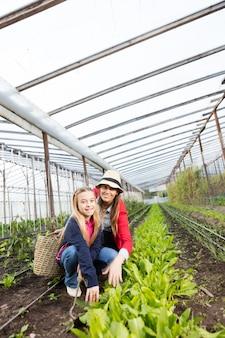 Mère et fille profitant du jardin