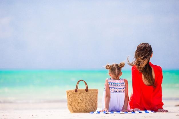 Mère et fille, profitant de temps à la plage tropicale