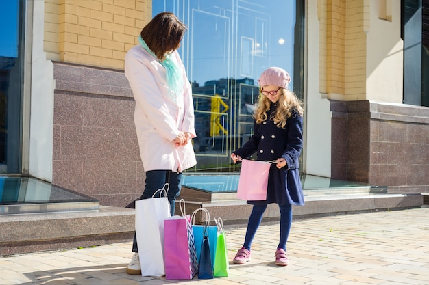 Mère et fille profitant d'un voyage de shopping ensemble