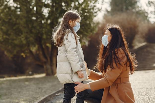 Mère, fille, promenades, dehors, masques