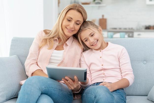 Mère et fille à la recherche sur une tablette