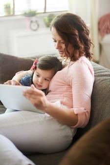 Mère et fille regardant une vidéo sur une tablette