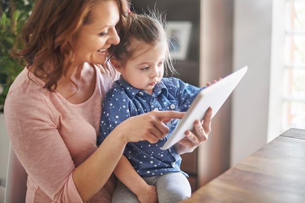 Mère et fille regardant des vidéos ensemble