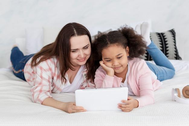 Mère fille, regarder, dessins animés, ensemble