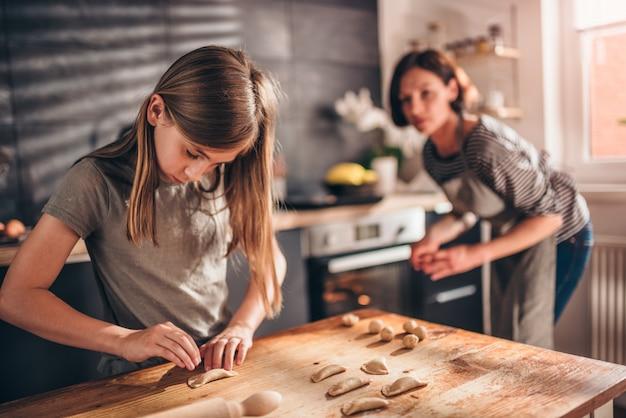 Mère et fille, remplissage, ravioli, à, crème chocolat