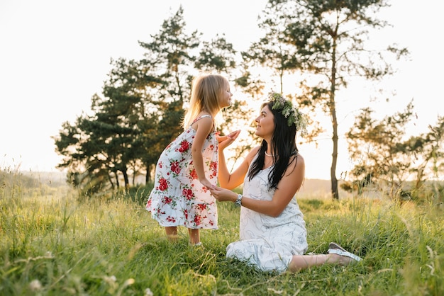 Mère et fille s'amusant dans le parc. bonheur et harmonie dans la vie de famille.