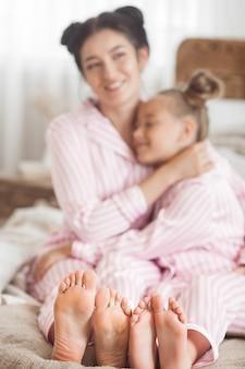 Mère et fille s'amusant à la maison. les filles à l'intérieur.