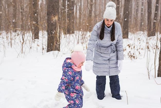 Mère et fille s'amusent dans le parc d'hiver.