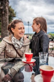 Mère et fille s'amuser ensemble