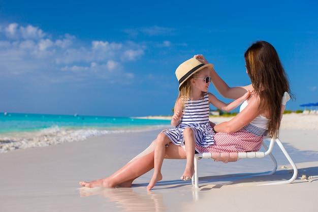 Mère et fille s'amuser à la plage tropicale