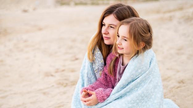 Mère et fille se blottir à l'extérieur