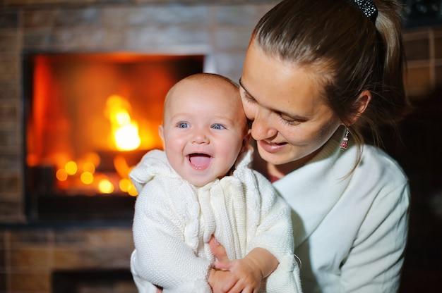 Mère et fille se détendre sur le canapé en feu de bois confortable