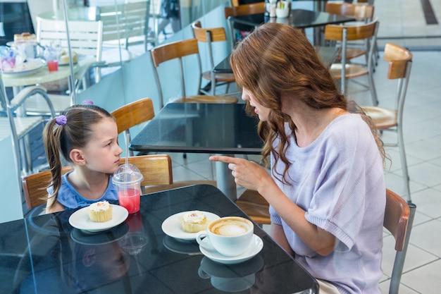Mère et fille se disputant à table