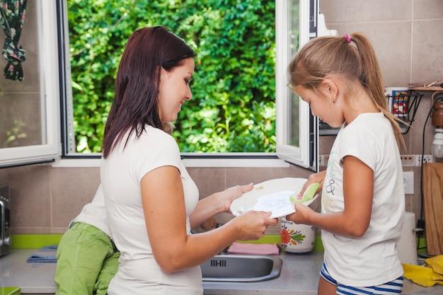 Mère Et Fille Se Laver Photo gratuit