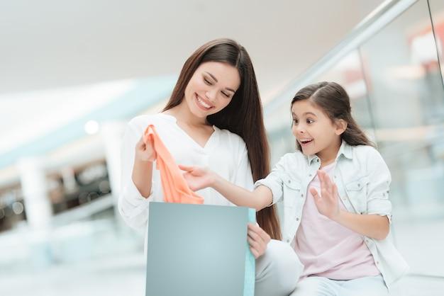 Mère et fille se préoccupent du nouveau pull.