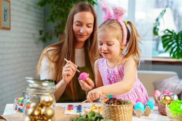 Mère et fille se préparant pour la célébration de pâques