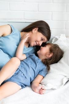 Mère et fille se souriant