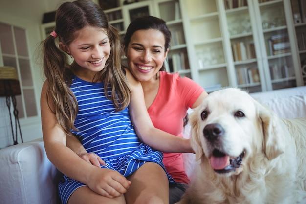 Mère fille, séance, à, chien chouchou, dans, salle de séjour