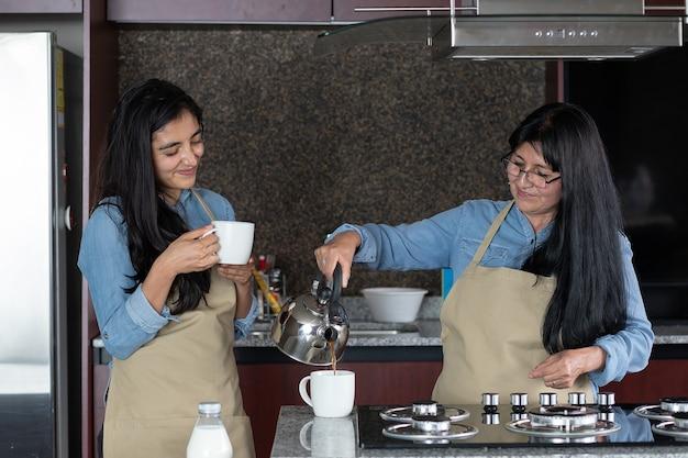 Mère et fille servant du café dans la cuisine