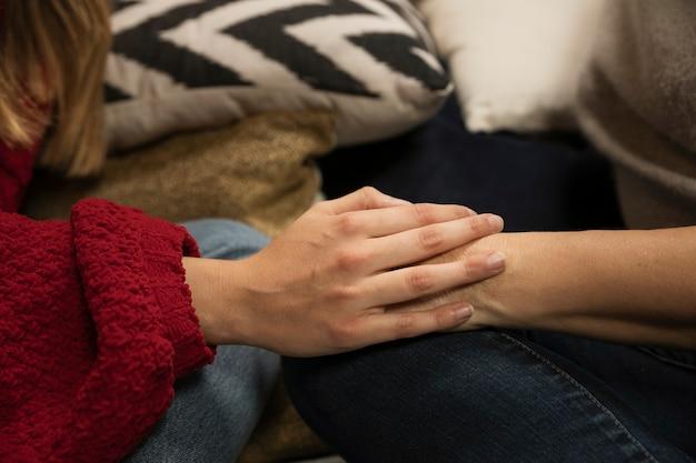 Mère et fille, tenant mains