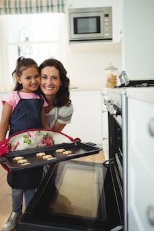 Mère, fille, tenue, plateau, cuit, biscuits, cuisine