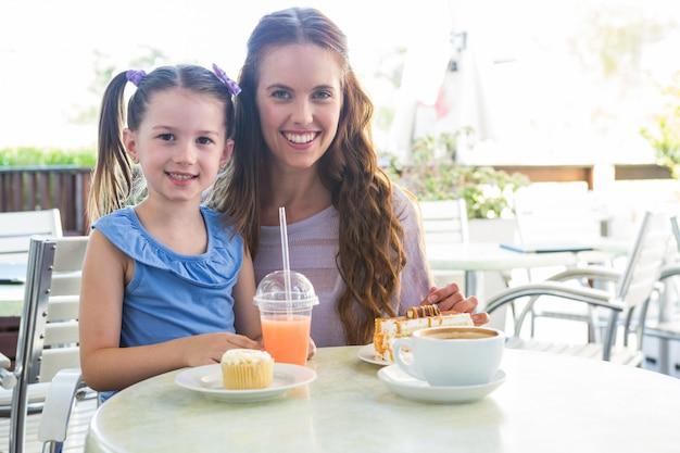 Mère et fille à la terrasse du café