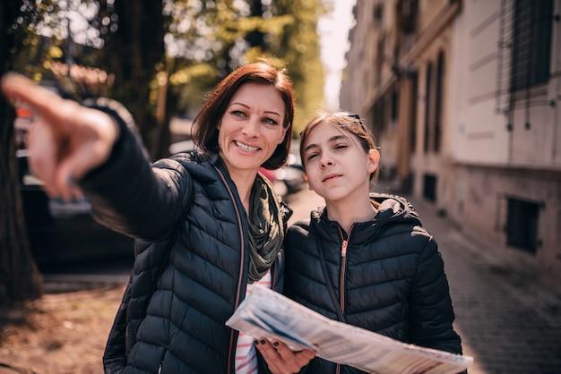 Mère et fille touristique à l'aide de la carte de la ville