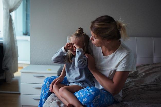 Mère avec fille triste