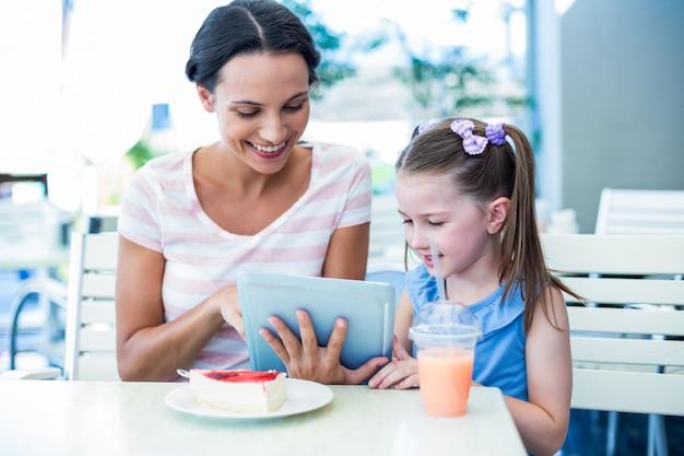 Mère et fille utilisant une tablette ensemble
