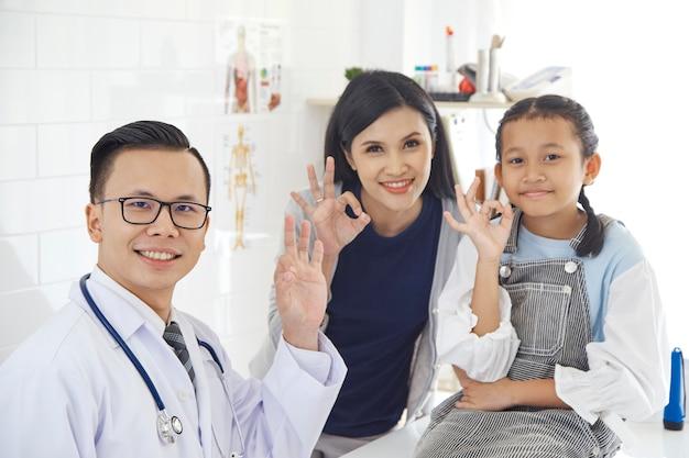 Mère et fille viennent docteur.