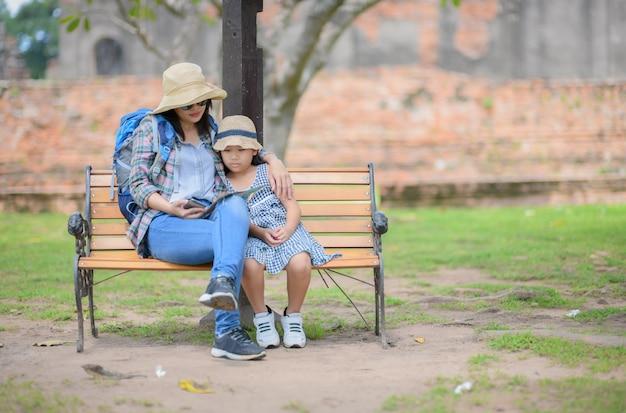 Mère et fille voyageurs discutant